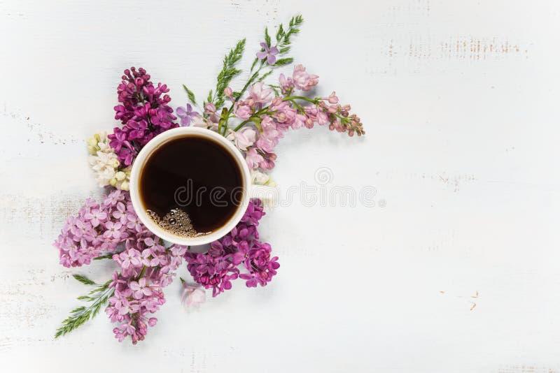 Koffie en verschillende lilac bloemen royalty-vrije stock foto's