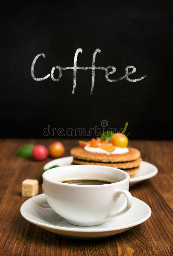 Koffie en wafels met bessen royalty-vrije stock fotografie