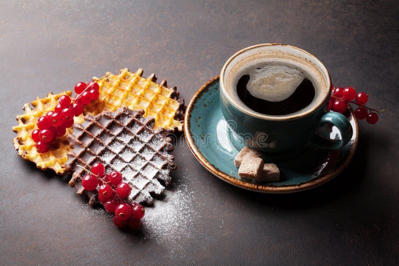 Koffie en wafels met bessen stock fotografie