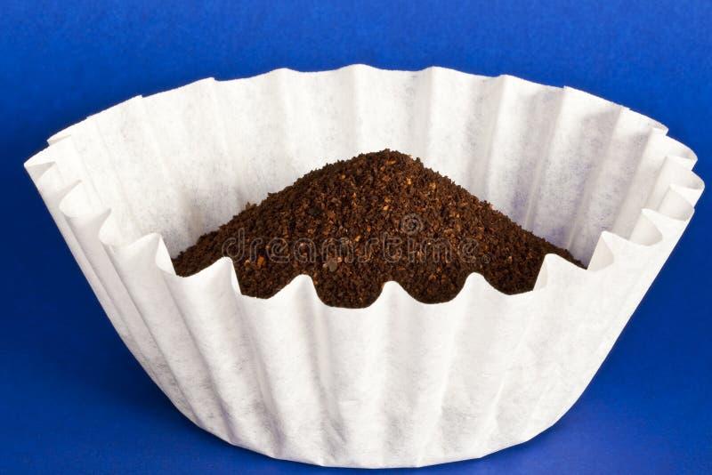 Koffie in filter op blauw royalty-vrije stock fotografie