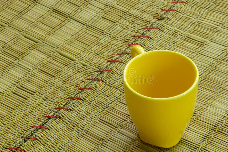 Koffie geweven geel, leeg glas, La Mick stock afbeelding