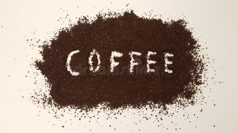 Koffie in Grondkoffie die uit wordt gespeld stock afbeelding