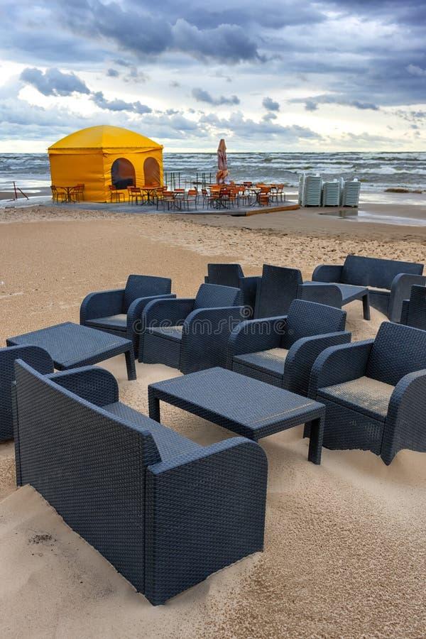 Koffie in het onweer bij het Baltische strand royalty-vrije stock fotografie