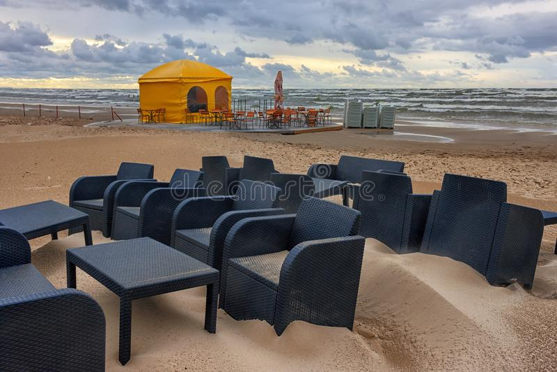 Koffie in het onweer bij het Baltische strand royalty-vrije stock foto