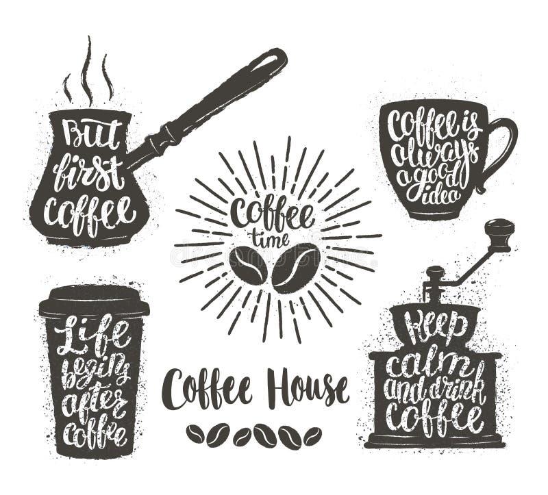 Koffie het van letters voorzien in kop, molen, pottenvormen Moderne kalligrafiecitaten over koffie Uitstekende geplaatste koffiev vector illustratie