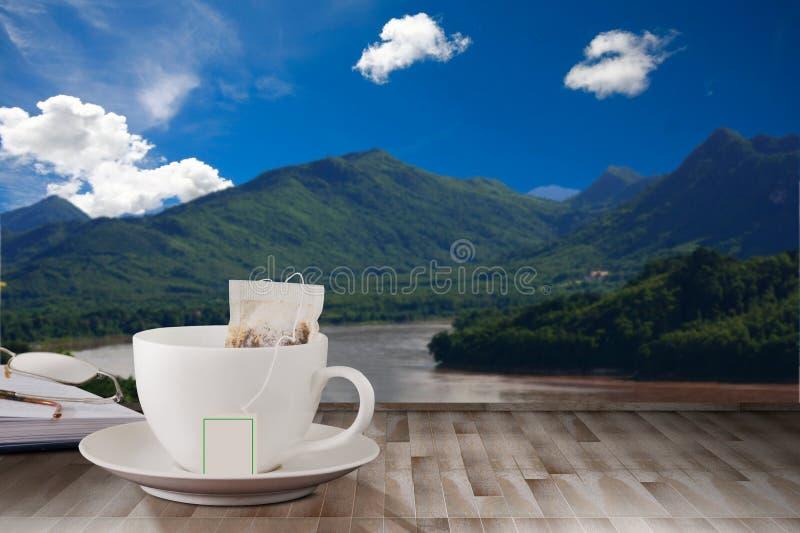 Koffie houten lijst stock afbeeldingen