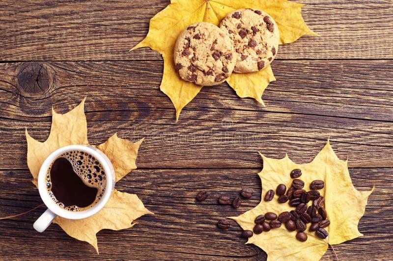 Koffie, koekjes en de herfstbladeren stock afbeelding