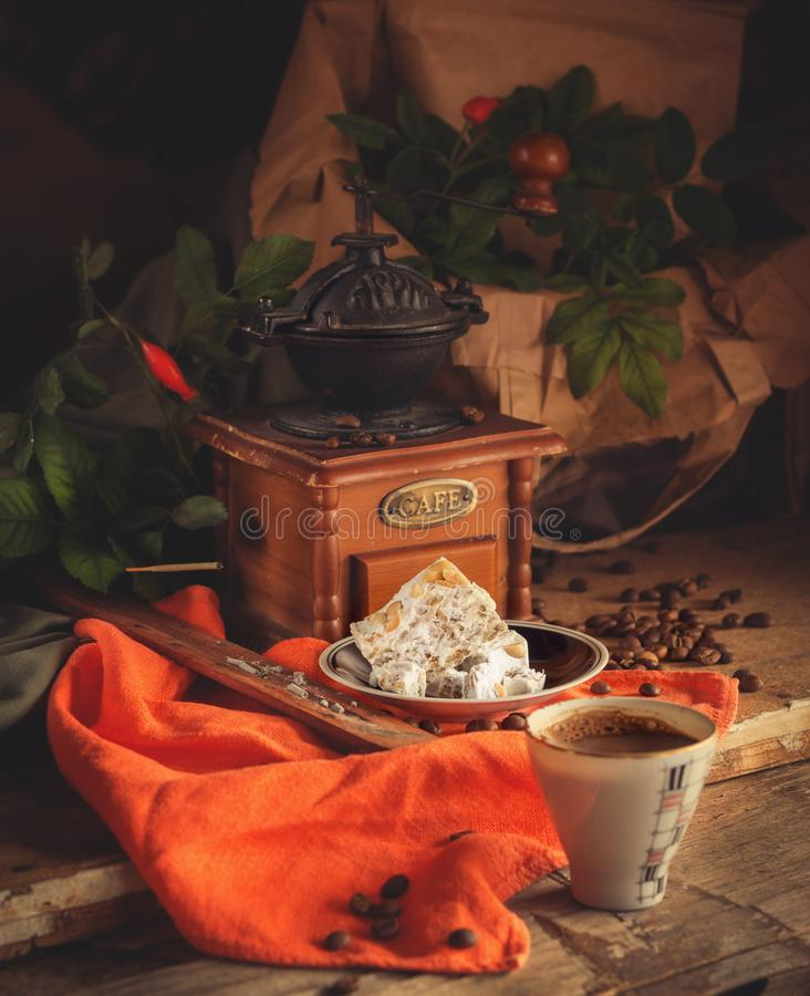 Koffie, koffiemolen en snoepjes stock fotografie