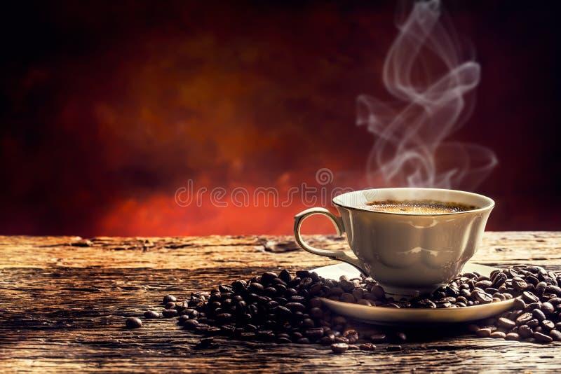 Koffie Kop koffie en koffiebonen Uitstekende kop en oude eik royalty-vrije stock foto's