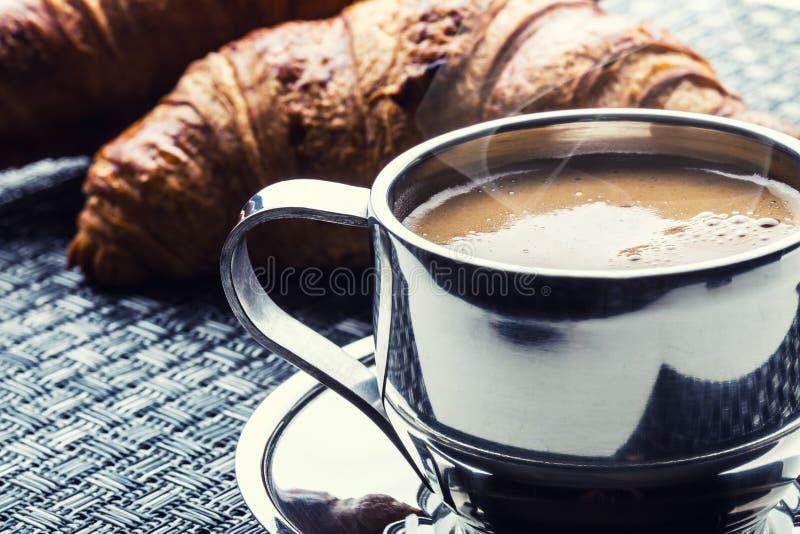 Koffie Kop van koffie Roestvrij staalkop koffie en twee croissants Koffiepauze bedrijfsonderbreking stock afbeelding