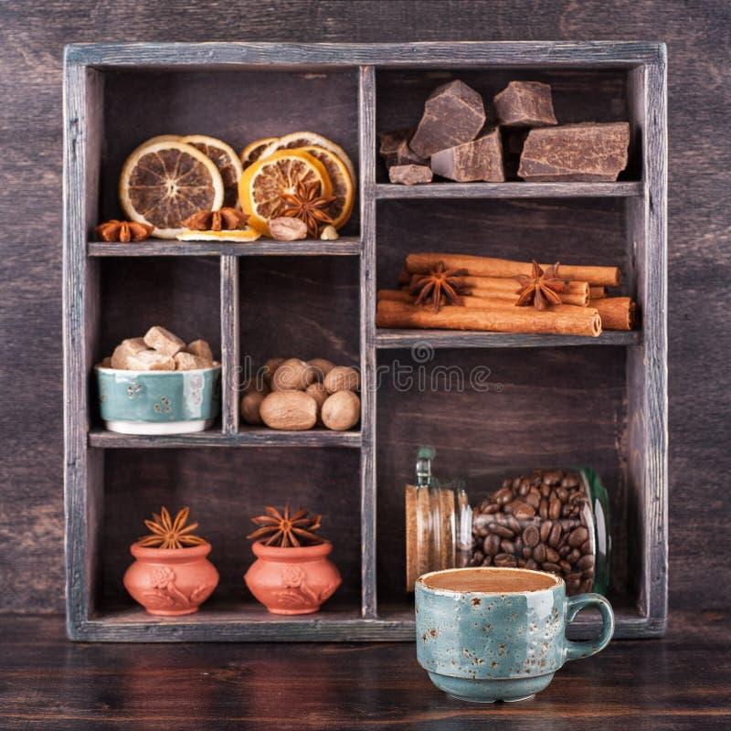 Koffie, kruiden en chocolade. houten dienblad stock foto