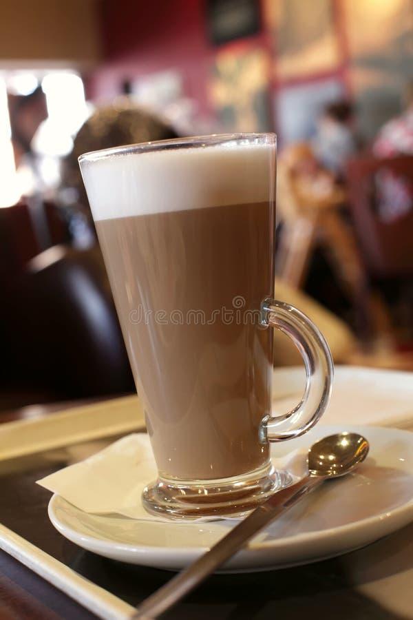 Koffie latte in een lang glas, de achtergrond van de Koffie royalty-vrije stock afbeelding