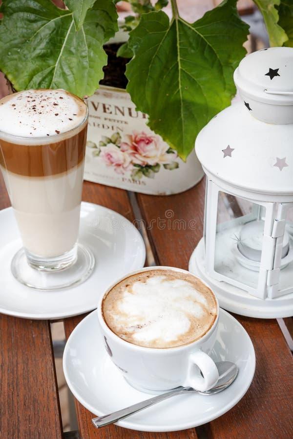 Koffie latte en de tuinlijst van de cappuccino'scafetaria royalty-vrije stock afbeelding