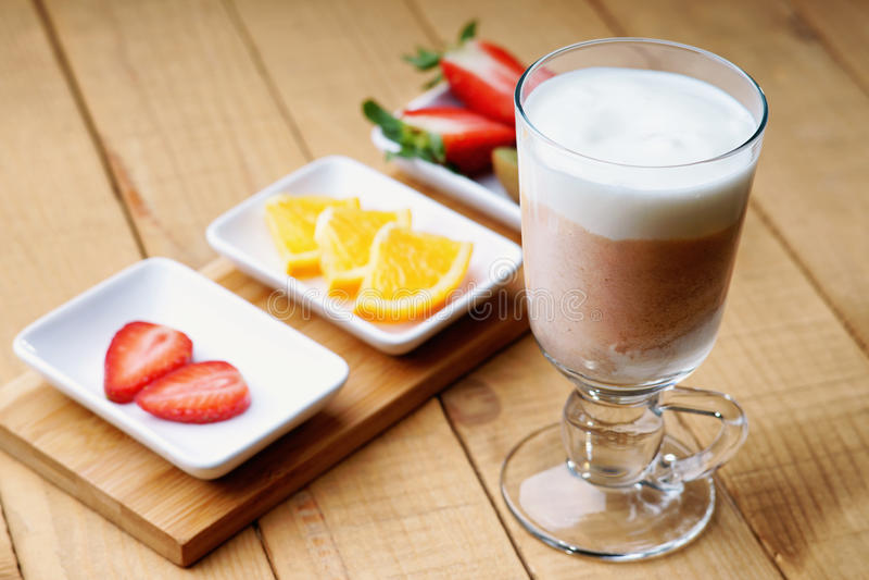 Koffie latte en gesneden vruchten royalty-vrije stock foto's