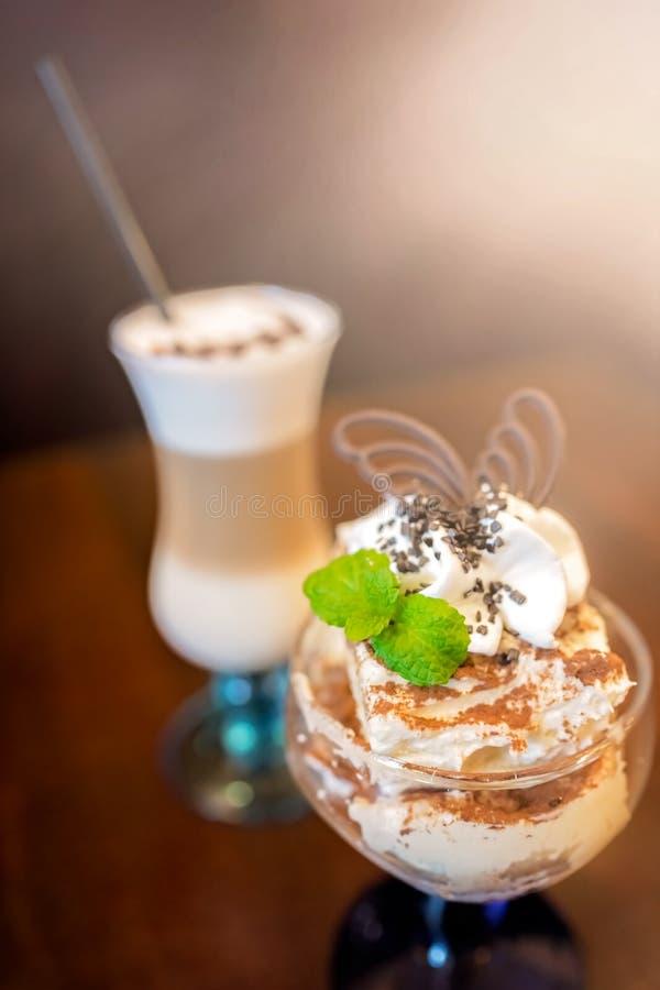 Koffie latte en roomijsijscoupe stock fotografie