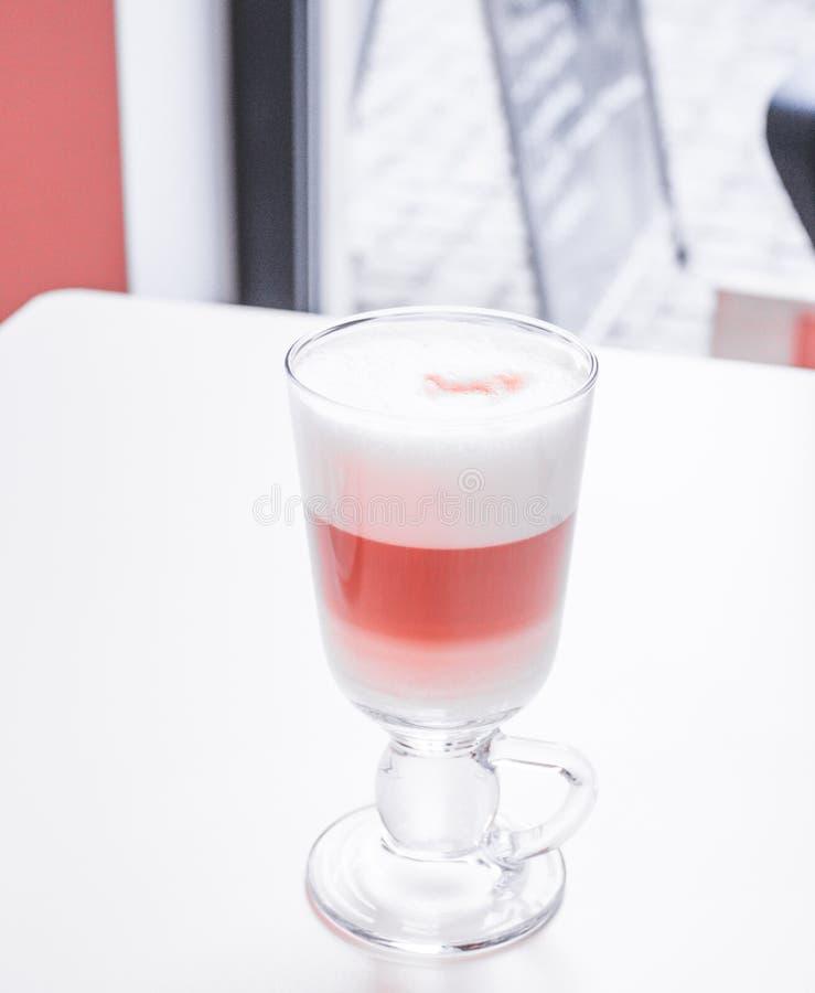 Koffie Latte in glas met groot wit schuim stock foto's