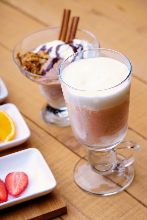Koffie latte, ijsschreeuw en gesneden vruchten stock fotografie