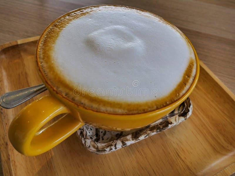 Koffie latte in koffiekop stock foto