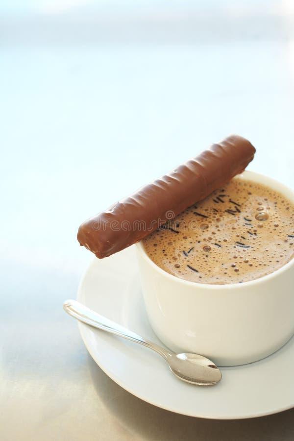 Koffie latte in koffiekop stock fotografie