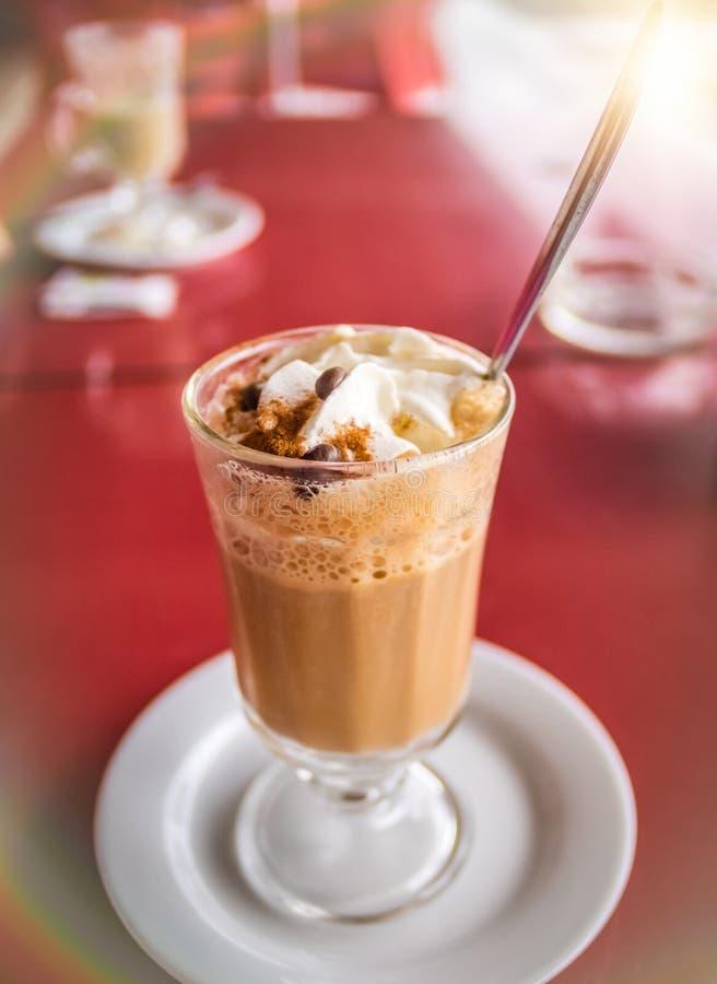 Koffie latte met slagroom en cinanmon royalty-vrije stock afbeeldingen