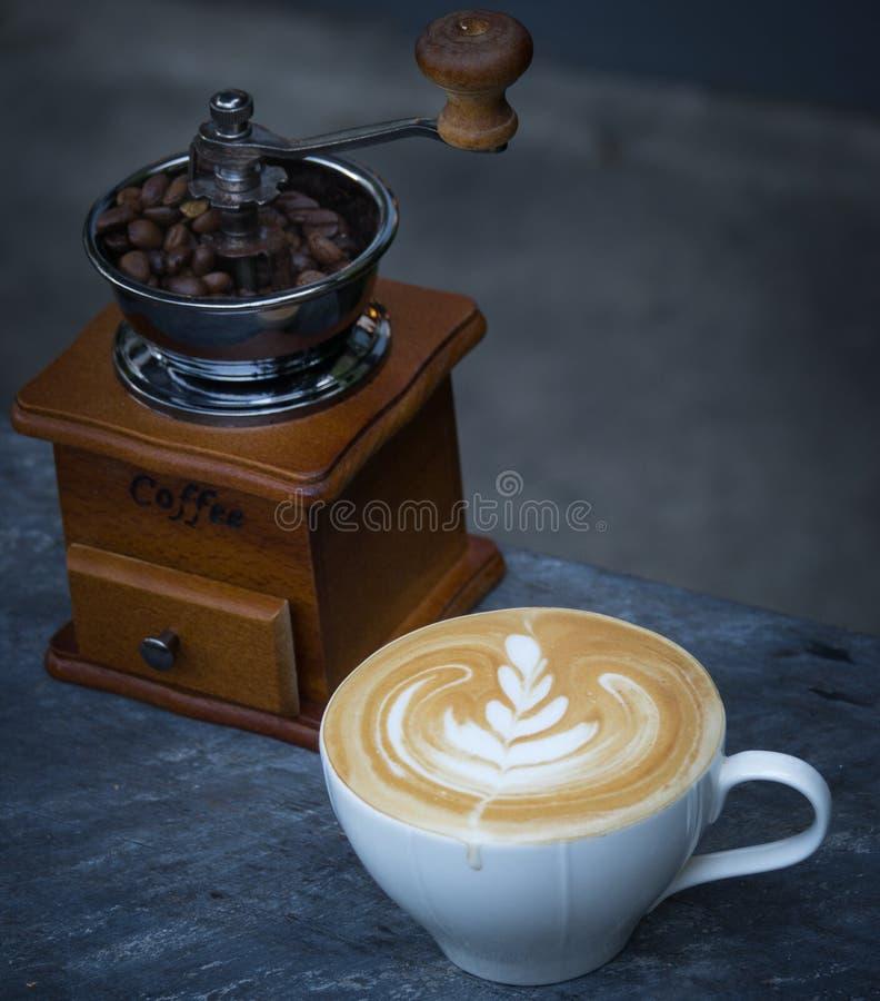 Koffie latte met uitstekende koffiemolen en koffieboon stock afbeeldingen