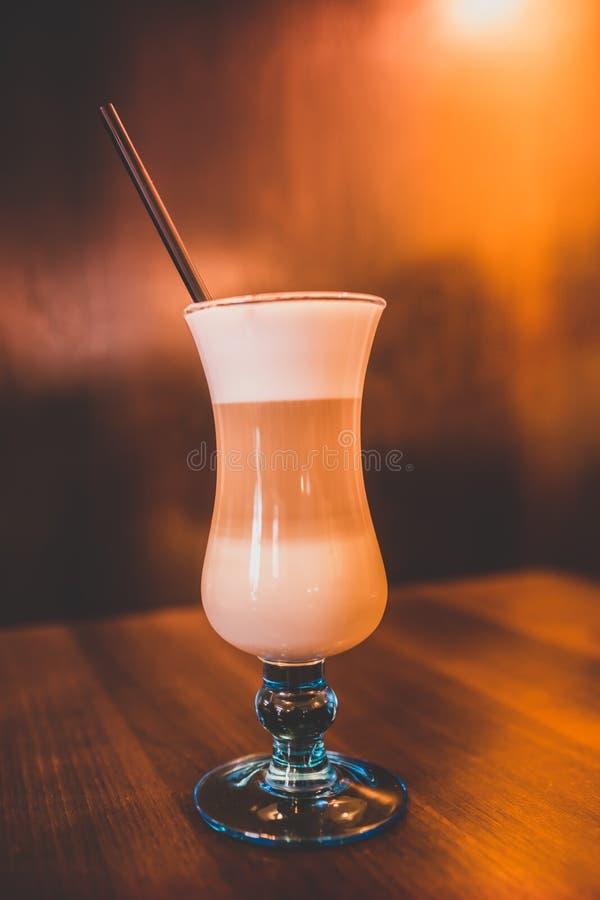Koffie Latte op een lijst stock foto's