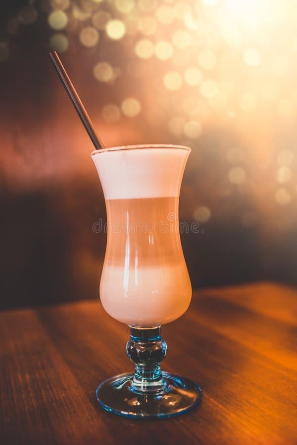 Koffie Latte op een lijst royalty-vrije stock afbeeldingen