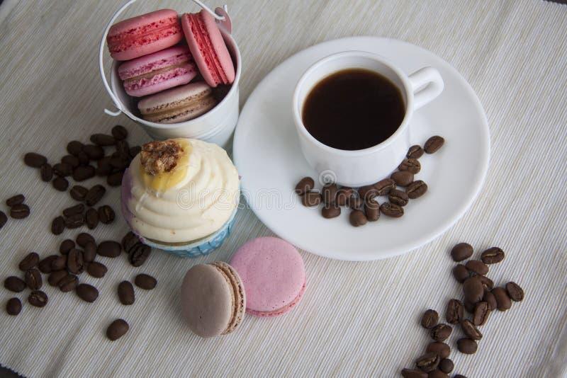 Koffie met bonen en zoete snacks stock afbeelding