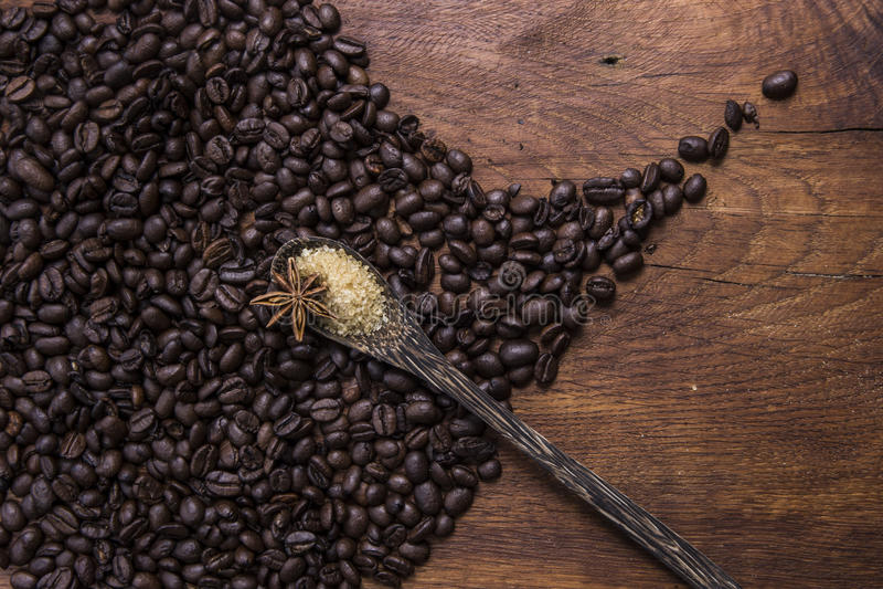 Koffie met bruine suiker en anijsplant op oude houten achtergrond stock fotografie