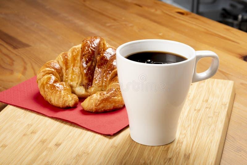 Koffie met croissant stock foto's