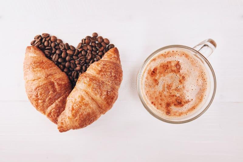 Koffie met croissanten stock afbeelding