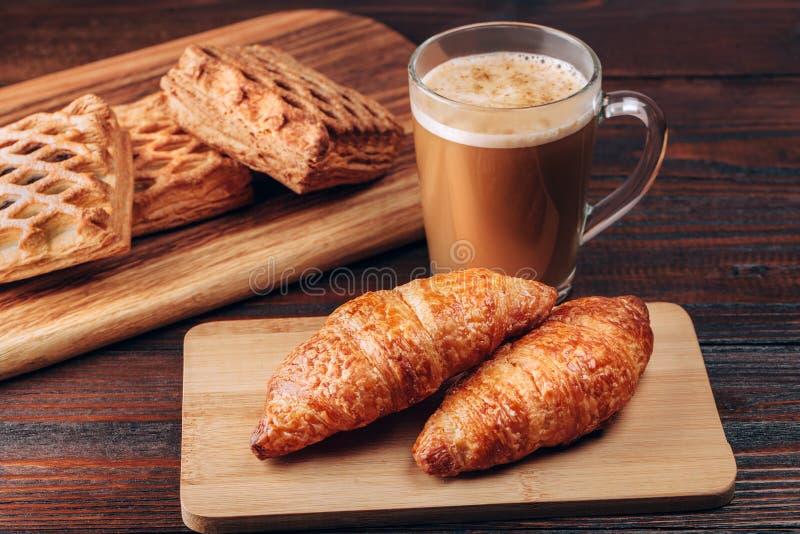 Koffie met croissanten stock fotografie
