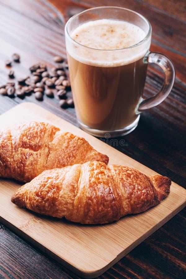 Koffie met croissanten stock afbeeldingen