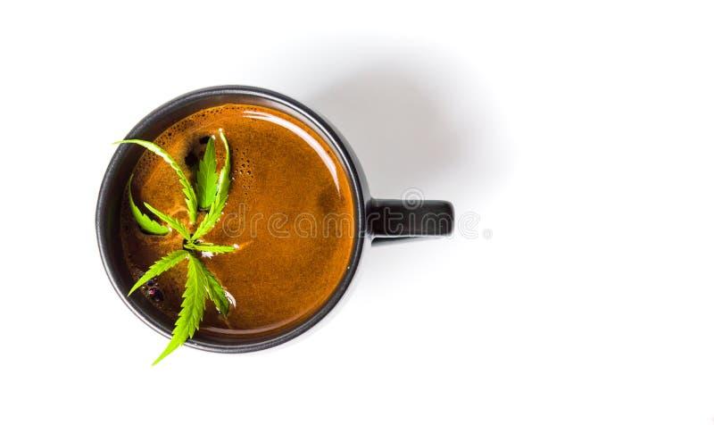 Koffie met de hoogste mening van het marihuanablad stock foto's