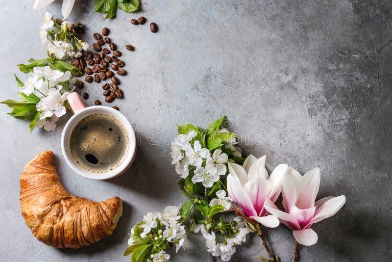 Koffie met de lentebloemen stock foto
