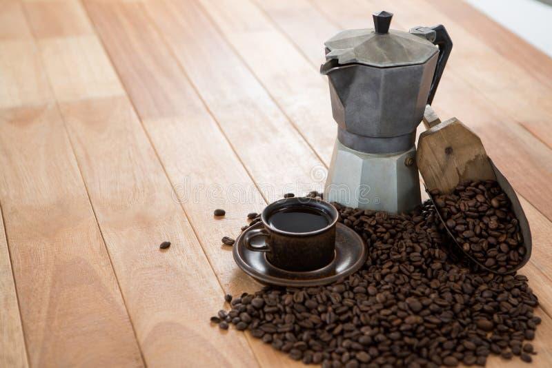 Koffie met koffiezetapparaat en lepel royalty-vrije stock foto's