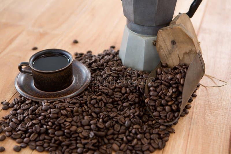 Koffie met koffiezetapparaat en lepel stock afbeelding