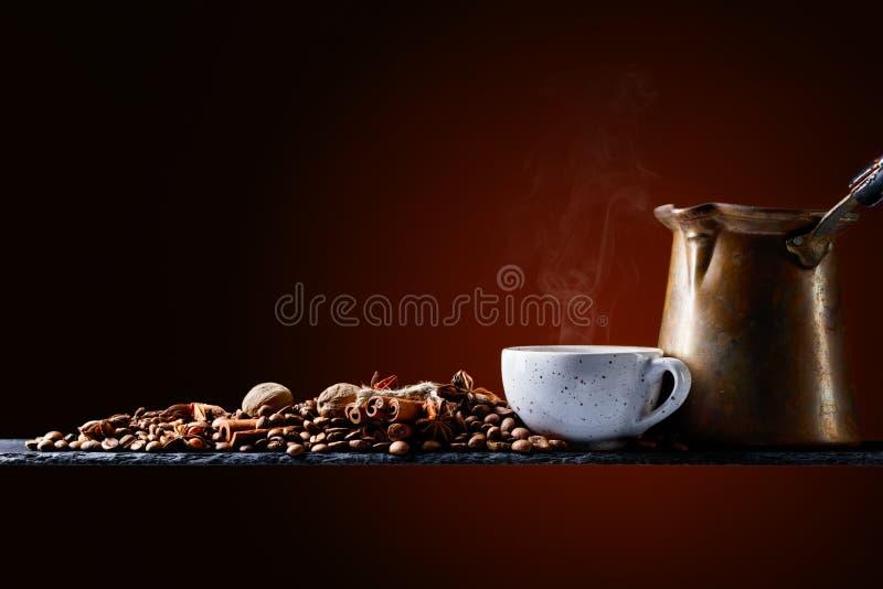 Koffie met kruiden stock foto