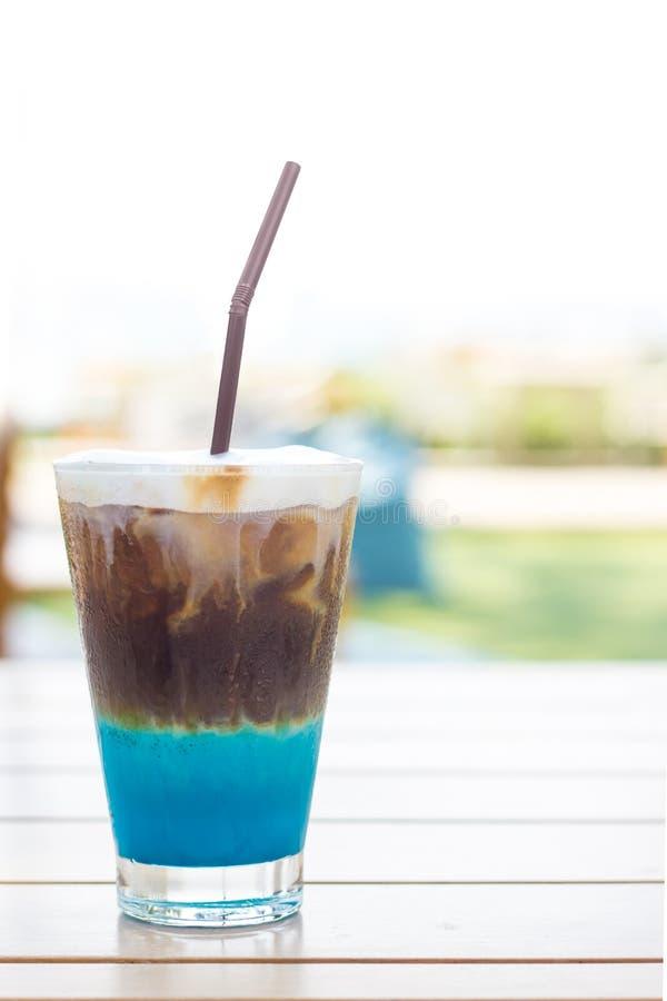 Koffie met likeur en geranselde melk stock fotografie