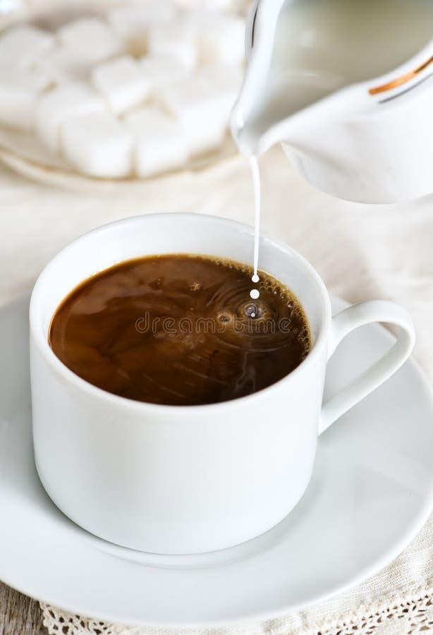 Koffie met melk stock fotografie