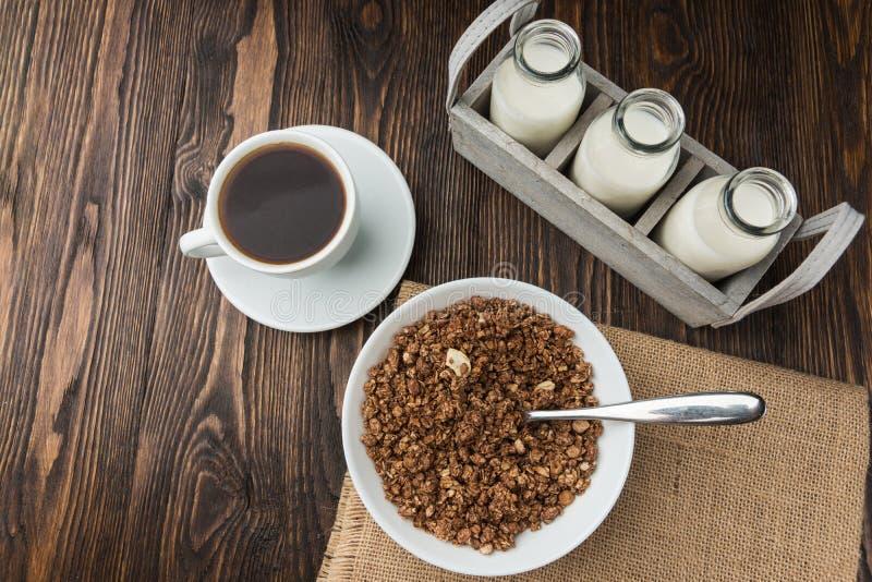 Koffie met melk en muesligranula, ontbijttijd stock foto