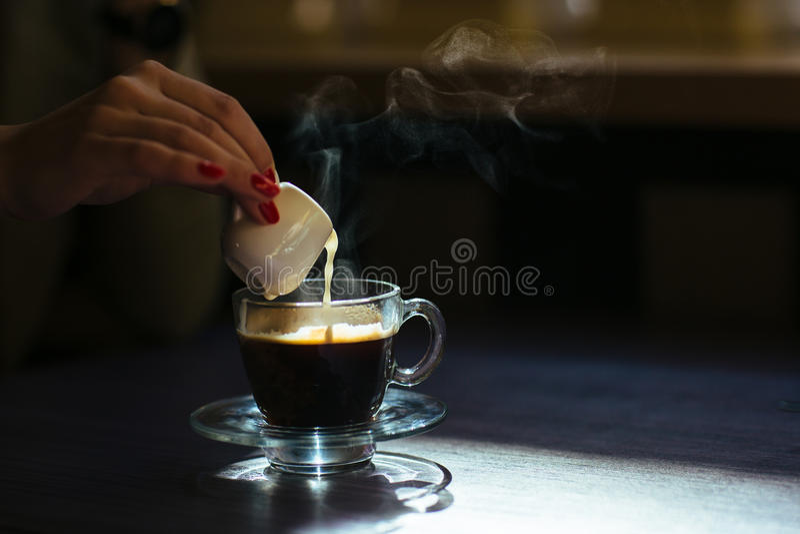 Koffie met room op lijst stock foto