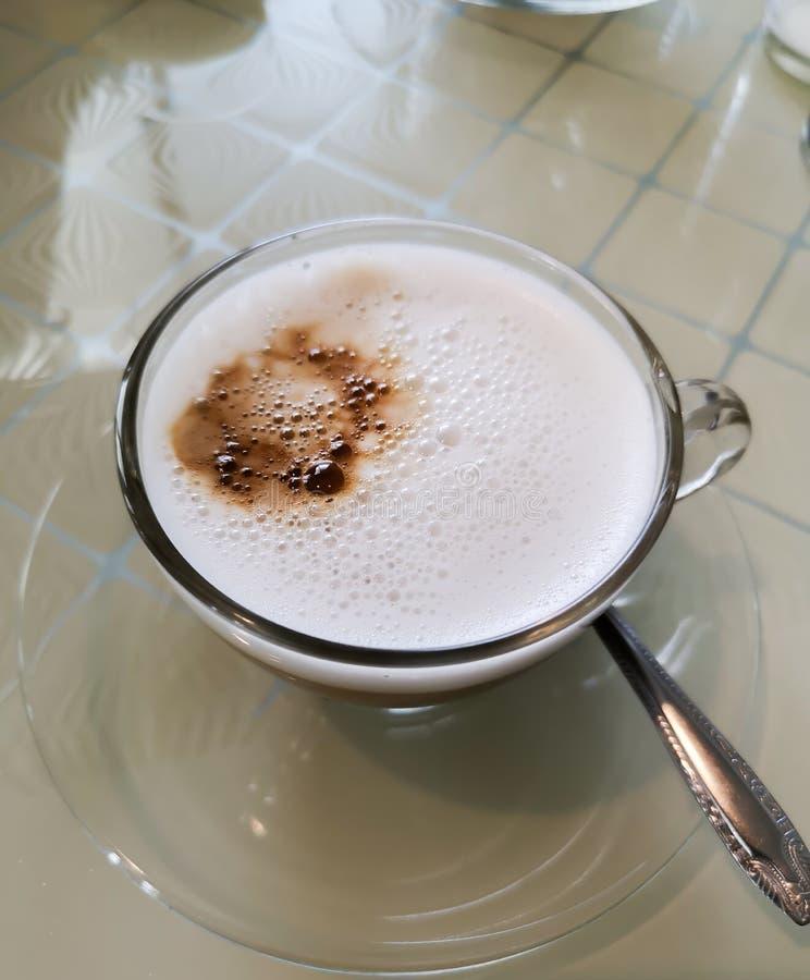 Koffie met witte melk, heerlijk in de ochtend stock fotografie