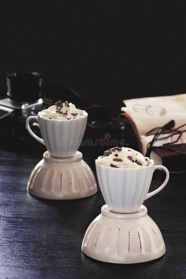 Koffie met zure room en chocolade op een houten achtergrond stock afbeeldingen