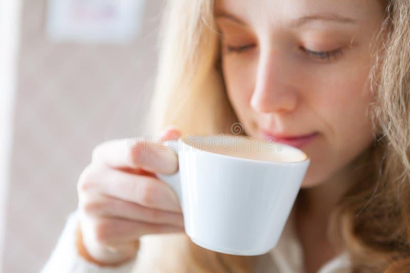 Koffie. Mooie jonge vrouw die hete drank drinken stock afbeeldingen