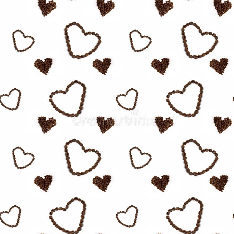 Koffie naadloze achtergrond met koffiebonen in hartvorm stock afbeeldingen