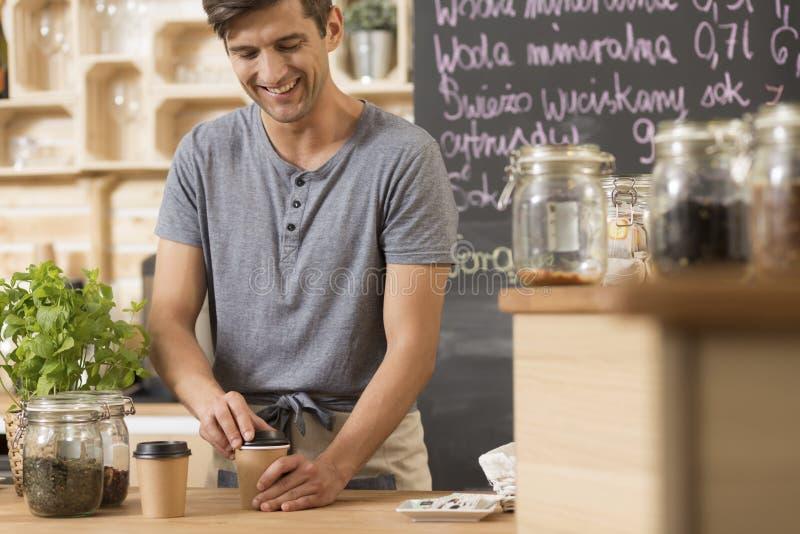 Koffie om in een comfortabel koffiehuis te gaan royalty-vrije stock foto