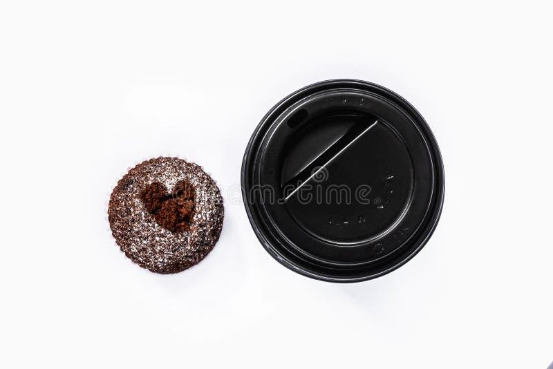 Koffie om te gaan en muffin met hart stock foto