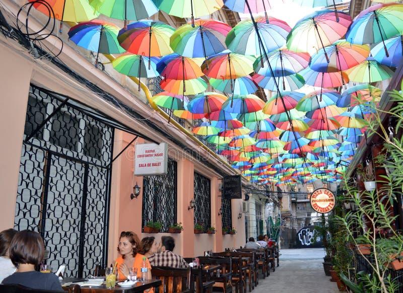Koffie onder parapludak in Pasagiul Victoriei royalty-vrije stock foto's