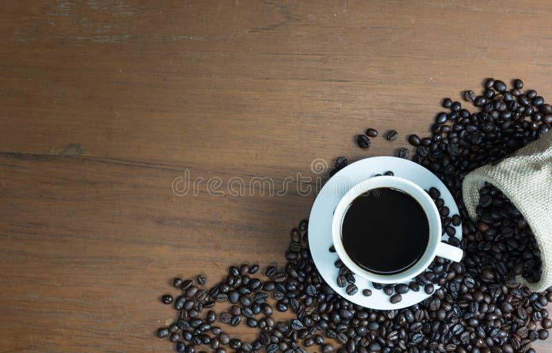 Koffie op de houten lijst stock afbeeldingen